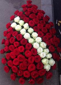coroana flori rosii inmormantare